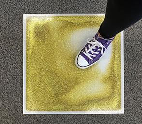 4 auksinės blizgančios skystos grindų plytelės